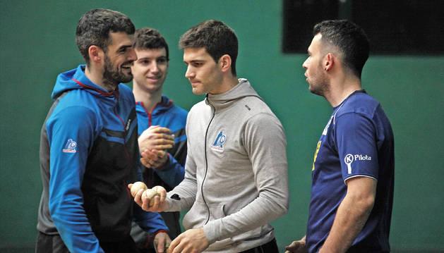 Foto de Ezkurdia y Martija conversan con Jaka mientras Zabaleta devuelve al seleccionador de material las tres pelotas escogidas por sus rivales.