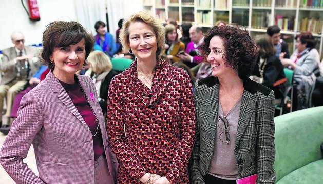 Foto de la presidenta en funciones de Saray, María José Oraá; la autora, Olga Lizasoáin Rumeu; y la psicóloga de la asociación contra el cáncer de mama, Isabel Lamet, el martes en Diario de Navarra.