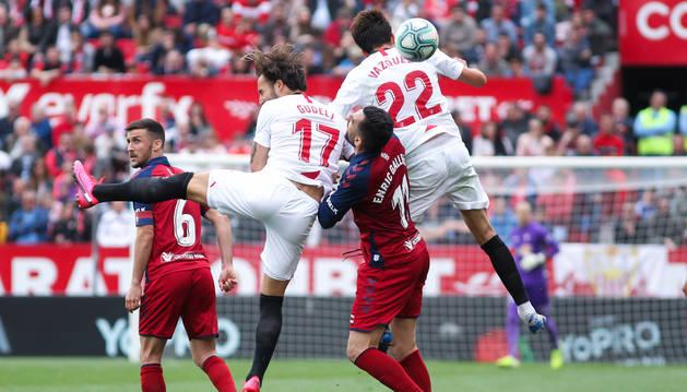 Enric Gallego salta entre los sevillistas Franco Vázquez y Nemanja Gudelj durante el choque en el Sánchez Pizjuán.