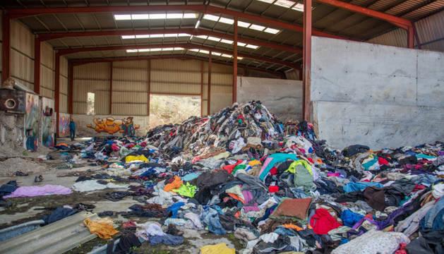 FOTO DE Detalle del cúmulo de ropa en la nave de Ziordia.