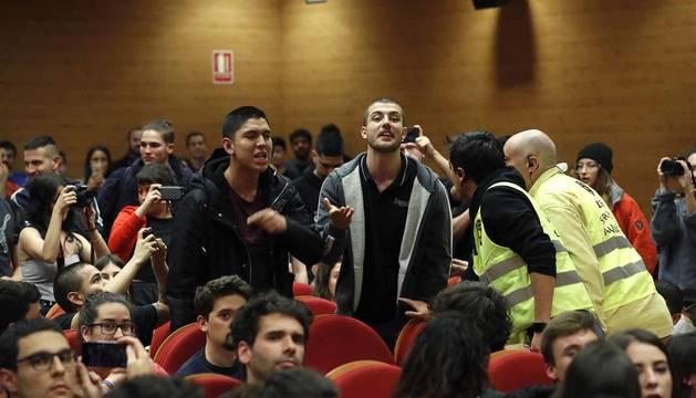 Dos de los jóvenes que han tratado de boicotear el acto de Pablo Iglesias.
