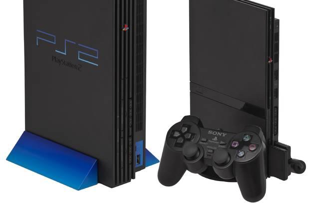 foto de El primer diseño de la PlayStation 2; a la derecha, la revisión de 2004