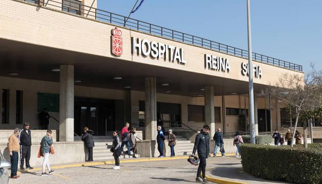 Numerosas personas, en el acceso principal al hospital Reina Sofía de Tudela.