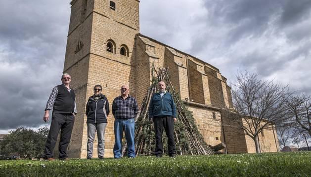 Algunos de los cofrades de la cofradía de Villatuerta junto a la hoguera que se encenderá esta tarde.