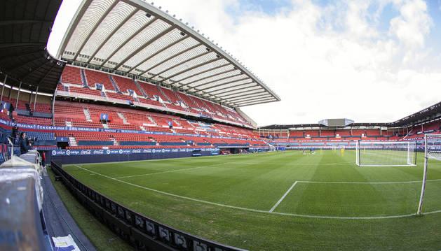 Una vista general del estadio de El Sadar desde la portería de Graderío Sur.
