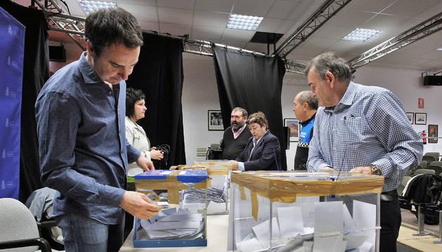 """Foto de un momento del recuento de los votos de la consulta de 2016, que dijo """"no"""" a la suelta de vaquillas."""