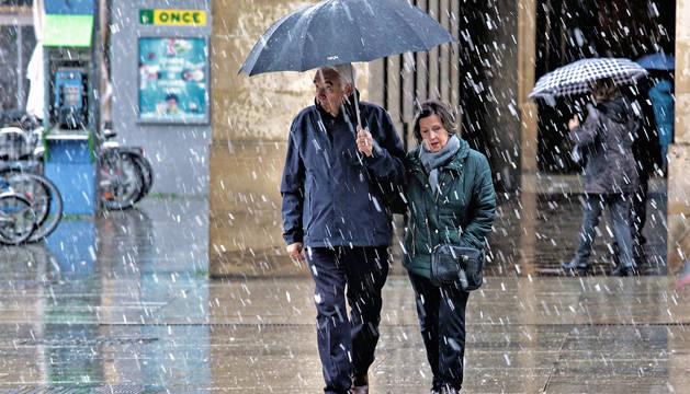 Durante la mañana de este viernes ha nevado en Pamplona de forma esporádica.