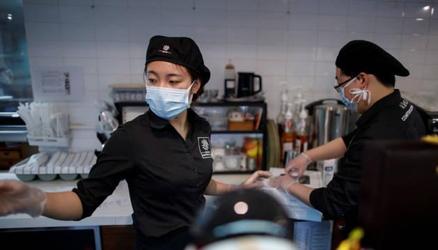 China sube a 3.042 las muertes por coronavirus y a 80.552 los infectados