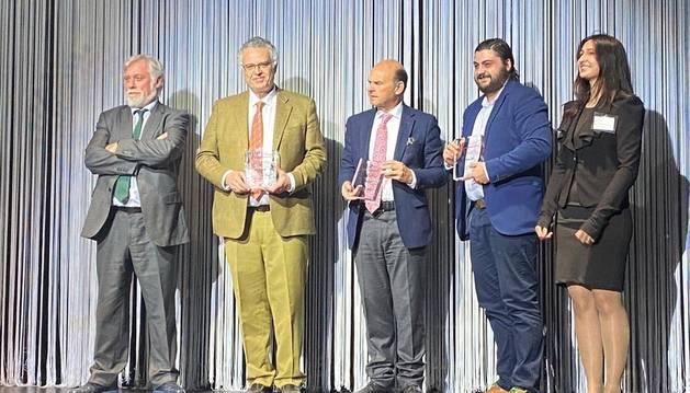 El director general de IDEA, Rafael Sánchez Ostiz, segundo desde la izquierda, al recoger el premio.