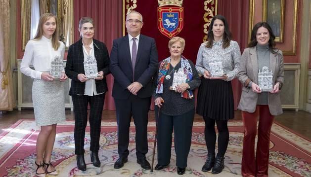 Las cinco mujeres de distintas generaciones homenajeadas en el Ayuntamiento de Pamplona con motivo del 8M.