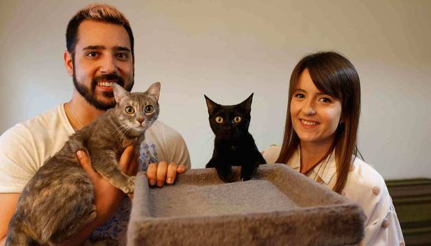 David Rubio Jiménez sostiene en su brazo a Alpu, la gata que vino de La Alpujarra granadina. A su lado, Juanola  mira a la cámara junto a Amelia Rubio Bellostas.
