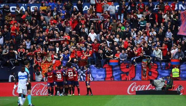 Los jugadores de Osasuna celebran uno de los cuatro goles que anotaron al Alavés.