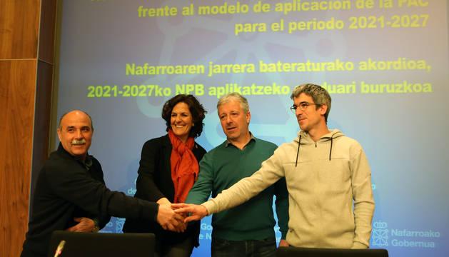 Los firmantes, tras rubricar el acuerdo.