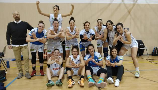 Foto de las jugadoras y el cuerpo técnico del Osés celebran su triunfo 17 que les asegura la fase de ascenso.