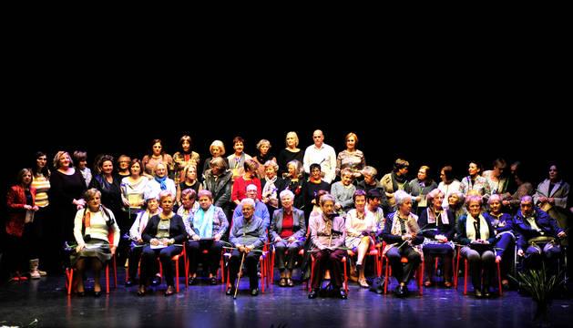 Foto de las homenajeadas en el escenario de la casa de cultura.