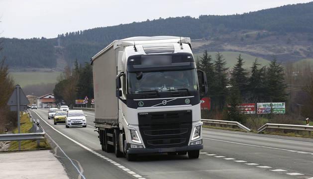 Foto de un camión, seguido por varios coches, circulando por la N-121 a la altura de Sorauren.