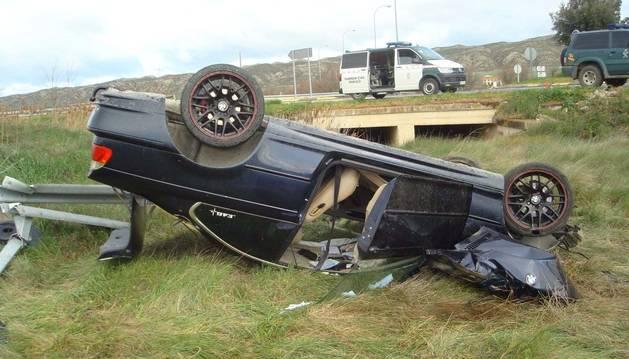 Foto de un vehículo accidentado en Peralta tras salirse de la vía y volcar.