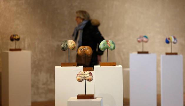 La exposición Titiak, instalada en el Palacio de Condestable, está formada por distintas creaciones que parten de una escultura común, acompañadas de textos.