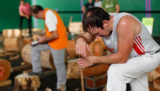 Jon Rekondo trata de recuperarse después de una eliminatoria del campeonato navarro de aizkora en Huarte.