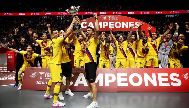 Los jugadores del Barça posan con la Copa tras vencer en la final.