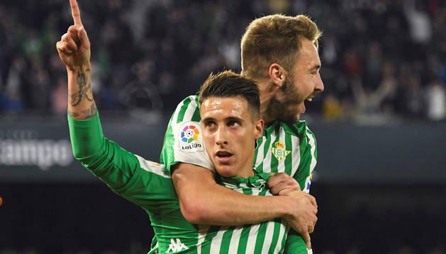 Cristian Tello recibe las felicitaciones de Loren Morón tras anotar el tanto que supuso la victoria bética contra el Real Madrid.