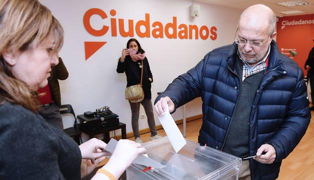 El vicepresidente de la junta de Castilla y León, Francisco Igea, vota en la sede autonómica de Ciudadanos en Valladolid.