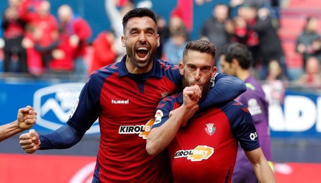 Foto de Roberto Torres y Enric Gallego celebrando el gol marcado el Espanyol.