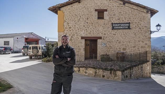 Foto de Alfonso Ulibarri, ante su casa rural con el taller al fondo, en Aranarache.