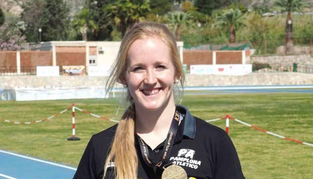 Foto de June Kintana, con su medalla de oro lograda en Motril.