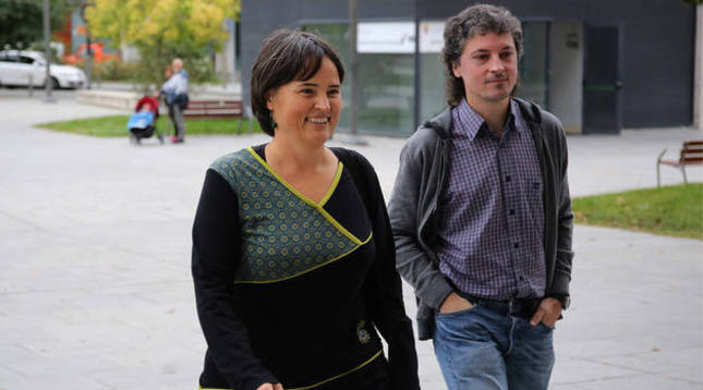 Foto de Garbiñe Elizegi y Joseba Otondo, de EH Bildu, antes de dirigirse a declarar en la Audiencia.
