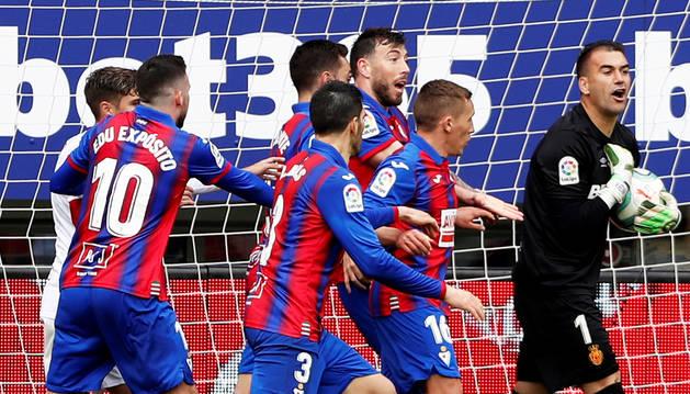 Los jugadores del Eibar reclama el esférico al meta del Mallorca, Reina, durante el choque de la Jornada 27 en Ipurúa.