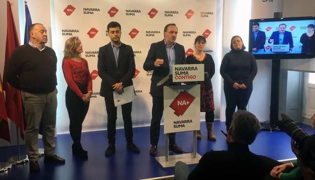 Javier Esparza, en la sede de UPN, con el alcalde de Estella, Gonzalo Fuentes, a su derecha.