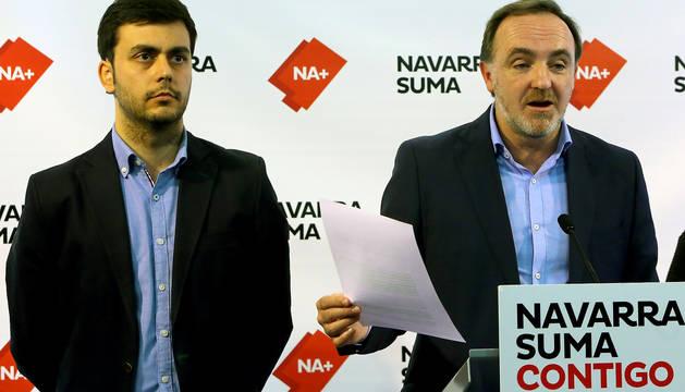 Javier Esparza, en la sede de UPN, junto al alcalde de Estella, Gonzalo Fuentes, a su derecha.