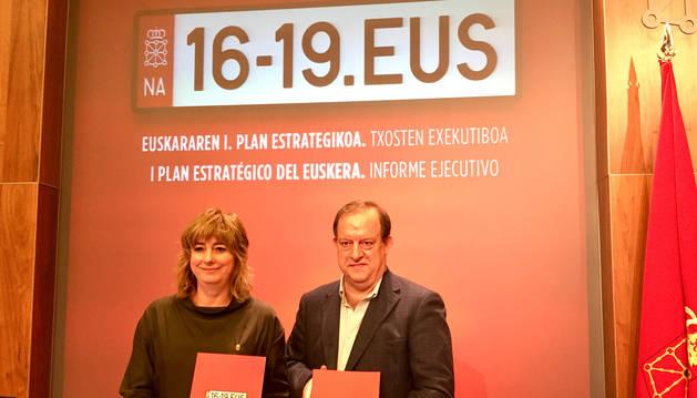foto de La consejera de Relaciones Ciudadanas, Ana Ollo; y el director gerente de Euskarabidea, Mikel Arregi