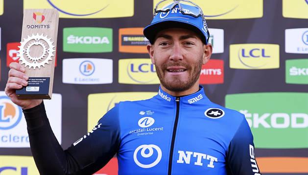 Foto de Giacomo Nizzolo, en el podio tras su victoria en la segunda etapa de la París Niza 2020.