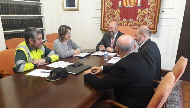 foto de El delegado del Gobierno en Navarra, José Luis Arasti, se ha reunido con la jefa provincial de Tráfico, Belén Santamaría, y el jefe de la Agrupación de Tráfico de la Guardia Civil, Agustín Aznárez