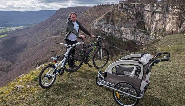 Foto de Daniel Ziganda Arraiza, con sus bicis eléctricas para alquilar a turistas junto al Balcón de Pilatos.