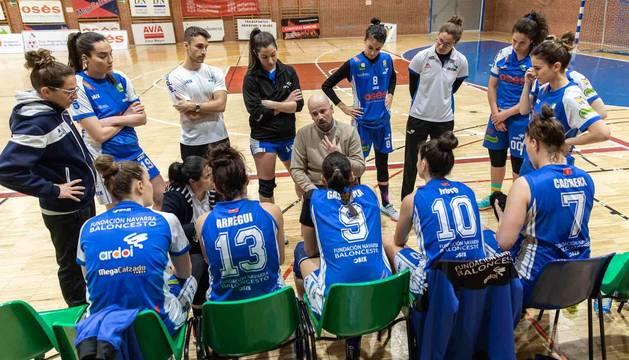 Foto del entrenador del equipo de Zizur, Jotas Unzué, con las jugadoras.