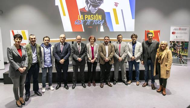 Saiz, Guillén, Azpíroz, Maya, Ayerdi, Esnaola, Hualde, Remírez, Azcona, Induráin y Caballero, ayer por la tarde en el Navarra Arena.