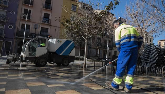 Foto de un operario de la contrata actual de limpieza del Ayuntamiento de Tudela trabaja en la calle Herrerías de la ciudad.