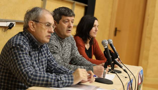 Txema Laso, Carlos Etxeberria y Erika Bizkai, del grupo promotor de la plataforma vecinal de Huarte.