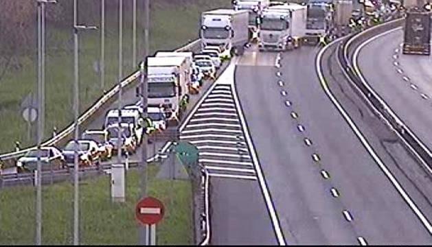 Foto facilitada por la cámara de tráfico del Gobierno Vasco con retenciones en la zona próxima donde se produjo el suceso.