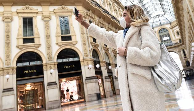 foto de Un persona se fotografía en la mítica Galeria Vittorio Emanuele II de Milán casi desierta por el miedo al coronavirus