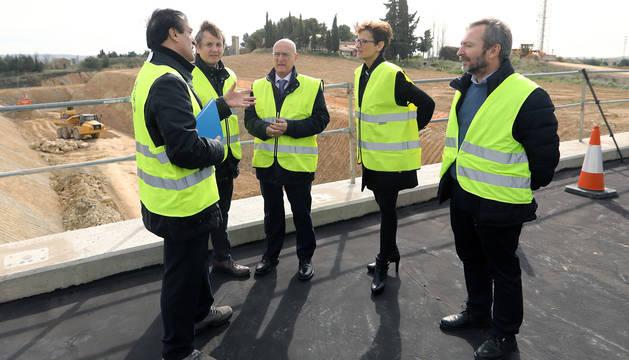La presidenta del Gobierno de Navarra, María Chivite, y el consejero de Cohesión Territorial, Bernardo Ciriza, durante su visita a las obras de construcción de la nueva variante sur de Tafalla.