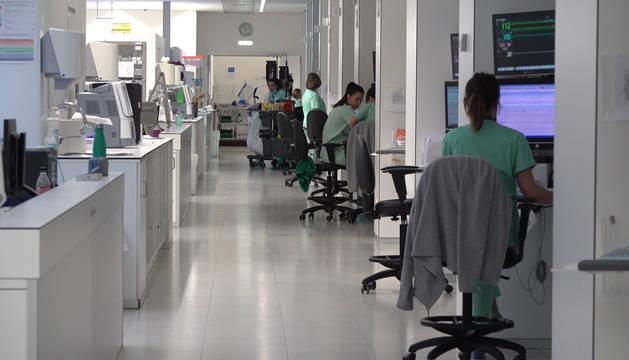 Dos profesionales sanitarios de la UCI, del Complejo Hospitalario de Navarra.