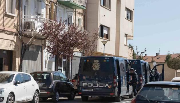 Foto de varios agentes en la zona donde se hizo la operación, en la calle Pedro Legaria de Tudela.