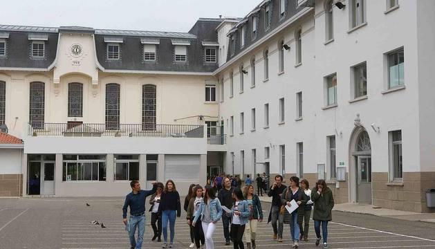 Foto de alumnos navarros en una jornada de puertas abiertas en un colegio de Bayona.
