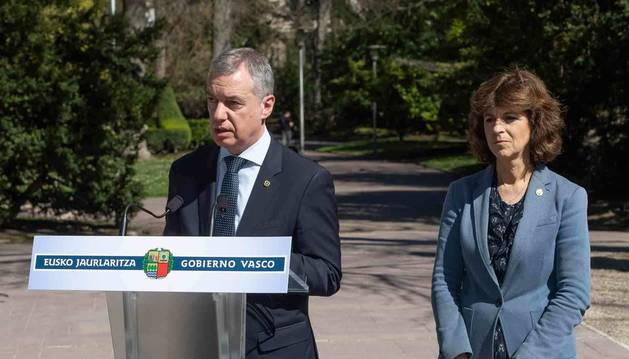 Foto del Lehendakari, Iñigo Urkullu, junto a la consejera de Salud, Nekane Murga, en un acto en Vitoria.