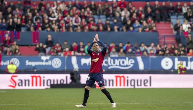 Momento en que Kike Barja se retira del terreno de juego de El Sadar, el pasado domingo contra el Espanyol, ovacionado por El Sadar