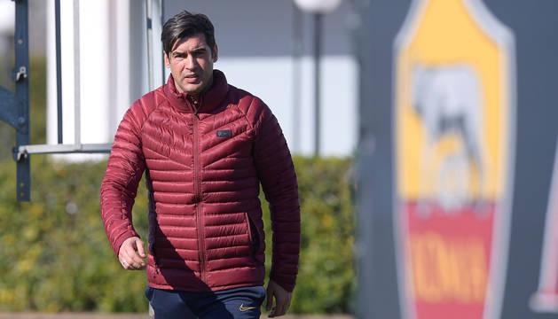 foto de Foto cedida por el club italiano AS Roma del técnico portugués, Paulo Fonseca, mientras dirige un entrenamiento del equipo